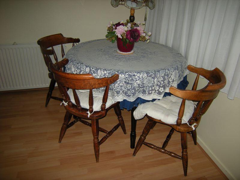 Eethoek met evt. uitschuifbare tafel en stoelen