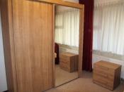 Kledingkast met spiegeldeur en nachtkastje