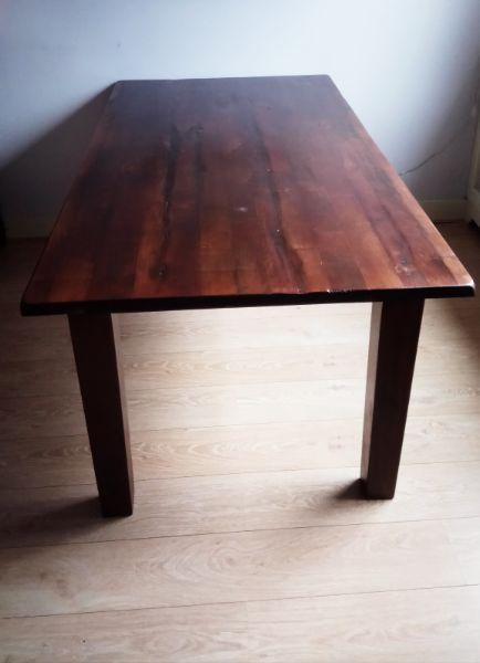 Donker houten eettafel